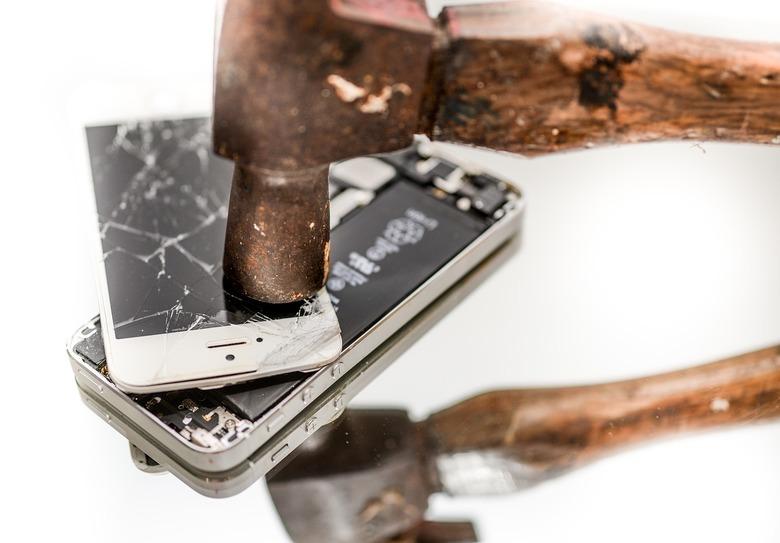 iPhoneの画面が割れた時の対処法は?