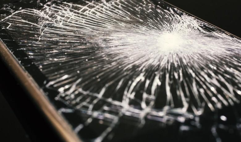 iPhoneの画面がバキバキに割れた!すぐ修理できる?費用や修理時間、バックアップについて徹底解説